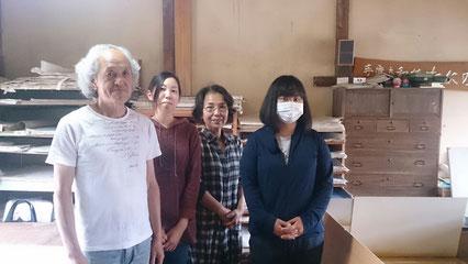 「手漉き和紙 たにの」の皆さん。左から谷野全(あきら)さん、堀口由乃(よしの)さん、谷野裕子(ひろこ)さん、内藤愛実(まなみ)さん。この日はお会いできませんでしたが、工房にはあと他に若い男性の職人もいるそうです。みなさん本当にありがとうございました。