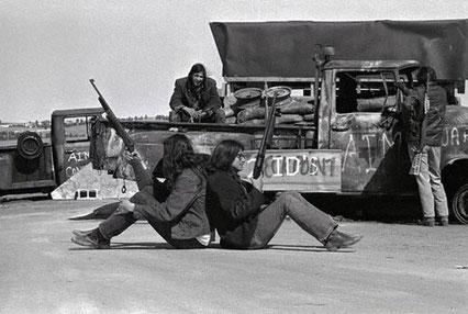 Indianische Aktivisten bei der Bestzung von Wounded Knee 1973