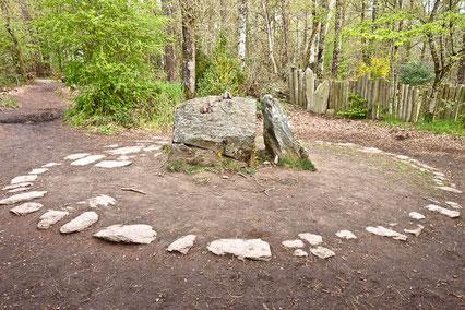 """Dans la forêt de paimpont appelée """"Brocéliande"""", un lieu magique : le tombeau de Merlin"""