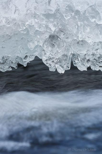 Eisgebilde über dem Wasser