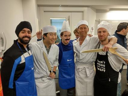 シェフコスプレの5人で記念撮影。僕のセクションの日本人2人は寿司職人のコスプレ。