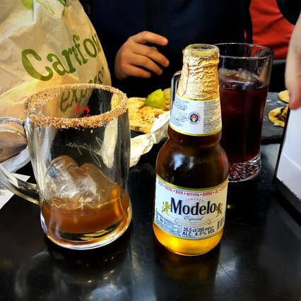 レモン汁&タバスコ&トマトソースにビールを混ぜて飲む「ミチェラーダ」。