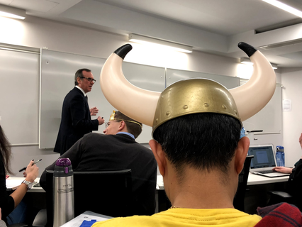 し、視界が悪い…そして仮装した学生に一切動じず、経済学の講義を続けるGonzalo Garland教授。