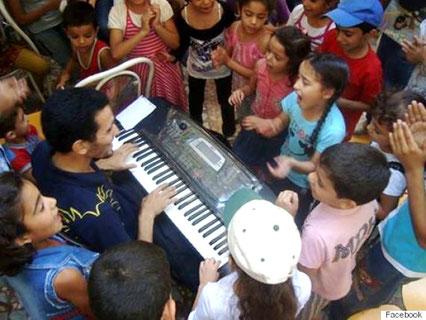 Ayham spiller sammen med børnene i Yarmouk
