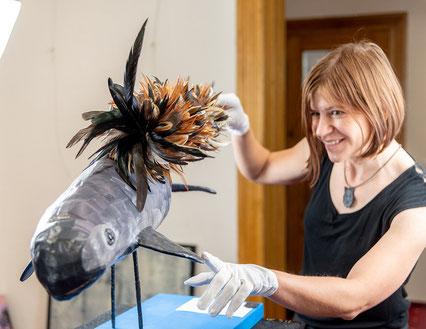 Susanne Höhne beim Aufbau der Ausstellung von Mila Vázquez Otero