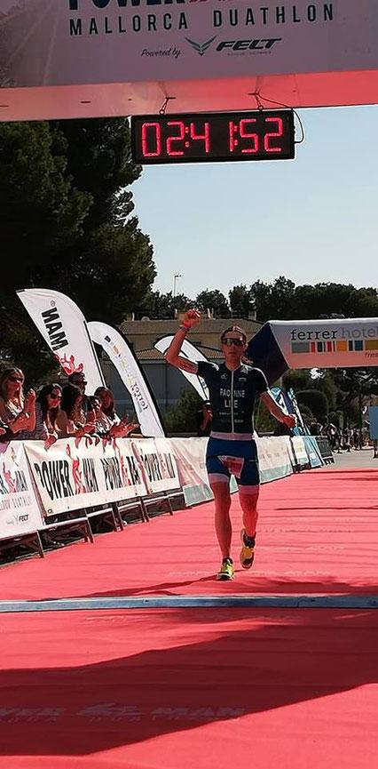 Michele Paonne läuft als Dritter über die Ziellinie