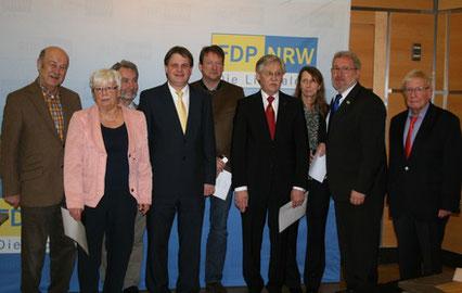 Ralf Witzel (Bildmitte), Hans-Peter Schöneweiß und Klaus Budde (rechts) ehren die Jubilare.
