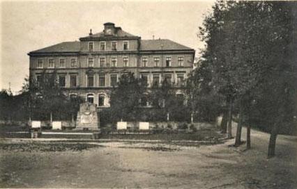 """Burkhardtsdorfer """"Alte Schule"""" auf einer Ansichtskarte"""