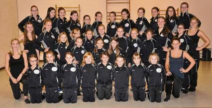 Die Dancing Angels und die New Angels mit ihren Trainerinnen und Betreuerinnen.
