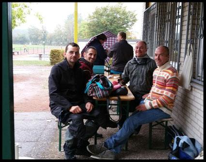 Vier Löwen im Regen: An der 2. Weddeler Boulemeisterschaft nahmen für den Löwenwall teil: Ferdinand, Volker, Gerd u. Thorsten (von rechts nach links)