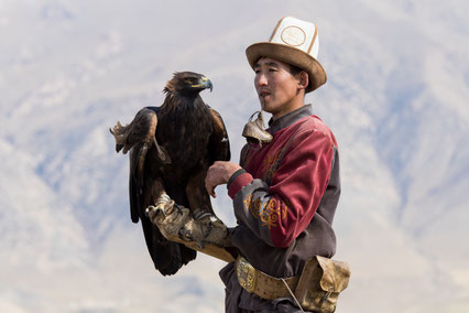 Before setting the eagle free, Salavat revomed the leather hood of his eagle.