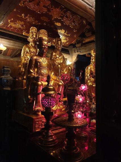 Goldfiguren im Tang An See Tempel