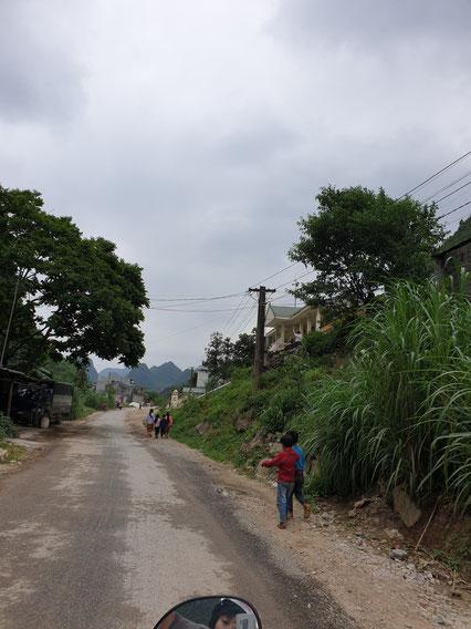 Rückfahrt durch ländliche Dörfer mitten zwischen den Bergen auf dem Ha Giang Loop
