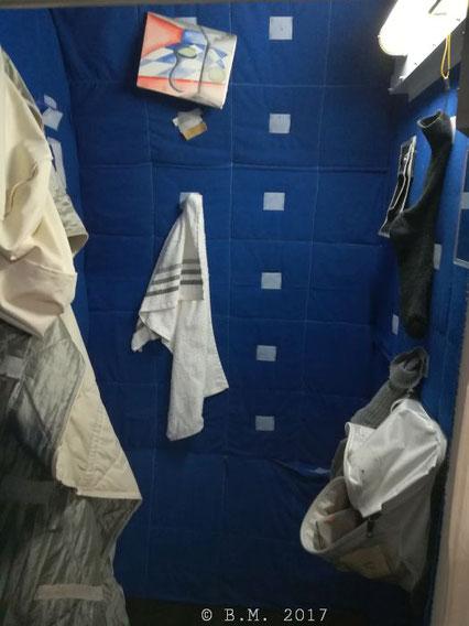so wenig Privatsphäre: rund 0,6 m² stehen jedem ISS Bewohner zur Verfügung