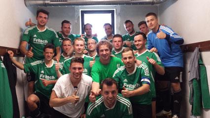 +++ Freuen sich darüber, dass sie auch in der nächsten Saison von Dieter Hiller trainiert werden: Die Jungs von der Zweiten +++