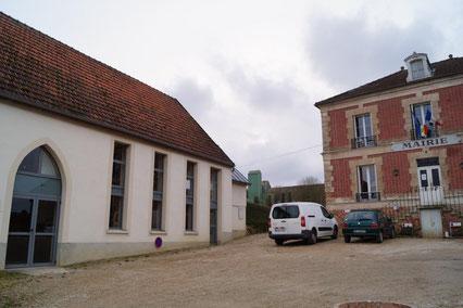 Condé-en-Brie (02). A gauche : la Salle des Mariages.