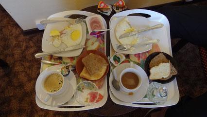 Frühstück auf rundem TIsch (oben zu erkennen)