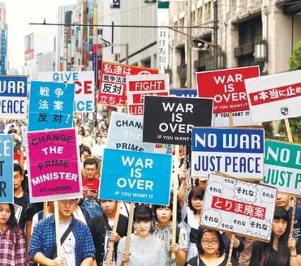 중장년층이 대부분이던 일본의 집회 풍경이 실즈 소속의 젊은 대학생들의 참여로 바뀌고 있다.  도쿄=AP연합뉴스