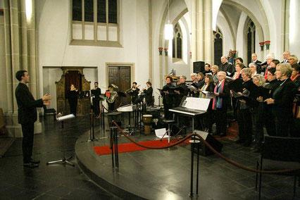 """In St. Cosmas und Damian sangen und spielten gemeinsam die Chorgemeinschaft Tenholt/Granterath/Hetzerath, der Kirchenchor """"Cäcilia"""" Holzweiler und das Bläserensemble """"Eigelstein Brass"""" unter Leitung von Johannes Honecker. FOTO: ruk"""