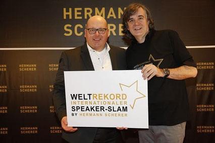 (Kai Schimmelfeder (links im Bild), Hermann Scherer (rechts im Bild): Übergabe beim Dreifach-Weltrekord im internationalem Speakerslam