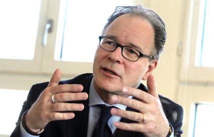 """""""Es ist nicht Aufgabe der tripartiten Kommission, die Lohnverhandlungen zwischen Arbeitgebern und Arbeitnehmern zu ersetzen""""."""