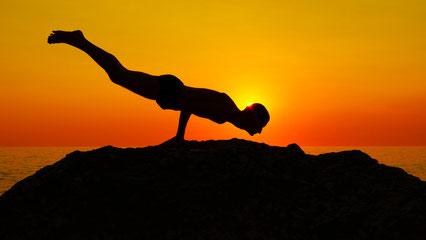 Immer schön entspannt bleiben ... Um die tägliche Yogapraxis effektiv für das Reizdarmsyndrom zu machen, müssen Sie natürlich nicht solche akrobatischen Stellungen erlernen wie auf diesen tollen Bildern (außer Sie möchten). Bild:Philipp Wiebe/pixelio.de
