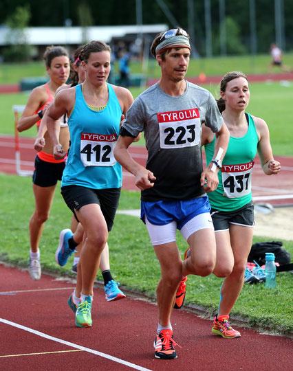 Tanja Stroschneider (team2012.at) läuft im Windschatten von Martin Mistelbauer zu ihrer Wunschzeit