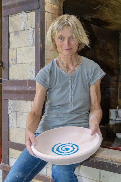 Sabine Kratzer mit einer grossen Schale beim Setzen
