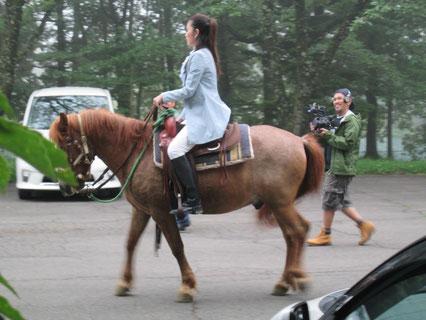 ゆと森倶楽部の林間を乗馬で散策できます