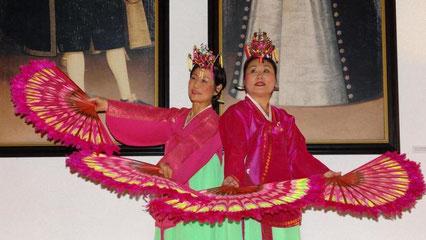 """Schöne Kontraste: Young-Soon Lee und Qwi-Rea Hauke tanzen zur Vernissage von Jeong-Eun Lees Ausstellung """"Das weite Land. Erinnerungen"""" vor den Schenkenporträts im Wurmbrandsaal. © Foto: GERLINDE BURKHARDT"""