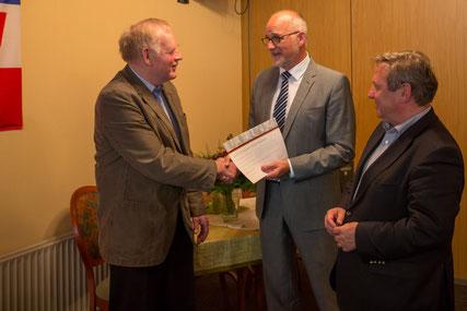 Ingo Grünewald wird für 25 Jahre Mitgliedschaft ausgezeichnet