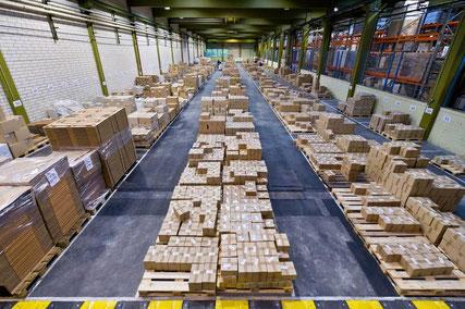 Das Warenlager. Lagerbestand: über 15 Mio. Euro!