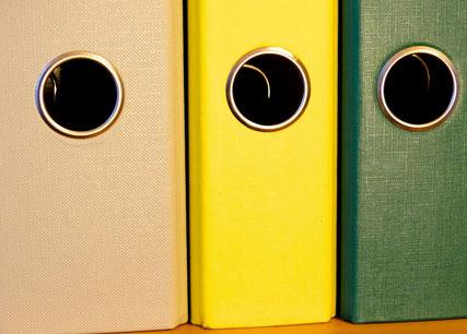 Drei Aktenordner: Besch, gelb, grün ohne Beschriftung