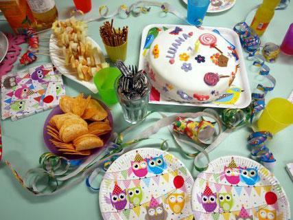 Kindergeburtstag Düsseldorf Mädchen Kuchen Buffet mit Geburtstagstorte