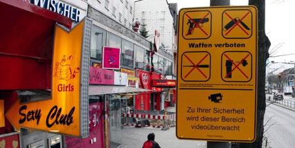 Schild der Waffenverbotszone Reeperbahn. Quelle: http://www.taz.de/picture/402393/948/reeperbahn_b.jpg