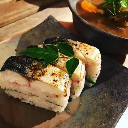写真:定番の「蒸し鯖寿司一本(8貫)」1,500円。
