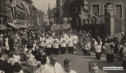 um1935 - rechts der Merveldter Hof - Nationalsozialisten in der Prozesson (nur in der Vergrößerung erkennbar)