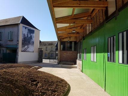 Les portes vertes de la grange restaurées