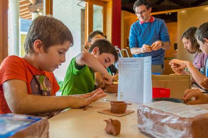 """Fabrication d'un vase avec la technique du colombin pendant un atelier """"Graine d'Archéologue"""""""