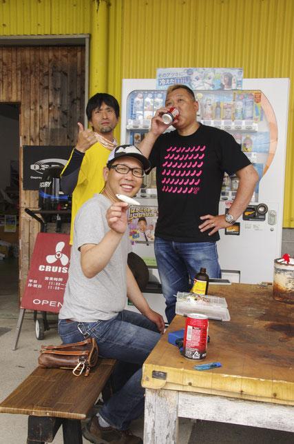 右端が関口店長。真ん中がバクシン藤本さん、左端は黄色いネコプーTシャツのネコのイラストが隠れてしまった某動画職人(ネコビジョン)