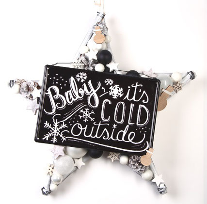 Schwarz-weißer Stern mit einem Metallschild, die perfekte Dekoration für den Winter.