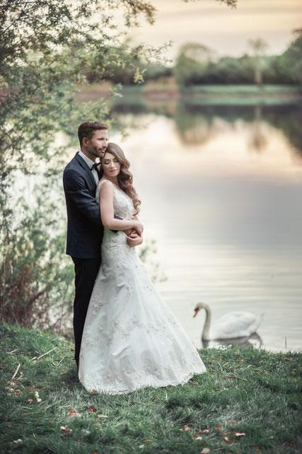 Als die beiden noch am See Fotos gemacht haben, kam plötzlich dieser Schwan vorbeigeschwommen - das Symbol für ewige Liebe :) Ein Moment der Zweisamkeit eingefangen von (c) Viktoriia Knittel Photography