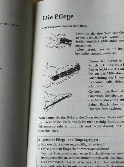 Mit Hilfe von klaren Darstellungen werden auch der Zusammenbau und die Pflege der Oboe beschrieben.