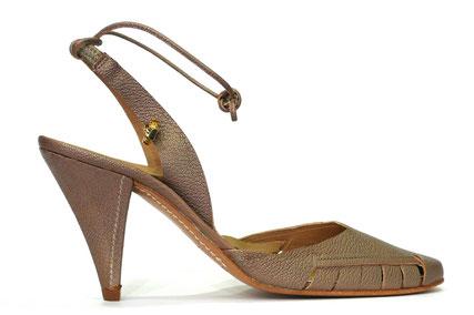 Zapato vestir de la marca Farrutx, en piel con grano (bamet) color visón (silver). Zapato destalonado y punta salón, muy elaborado y elegante, detalle logo de marca farrutx con aplique metálico en tira ajuste talón. Suela cuero cosida, tacón con pespuntes