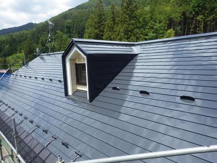 屋根上塗り塗装後