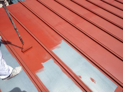 屋根サビ止め塗装中