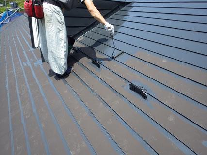 屋根の中塗り工程