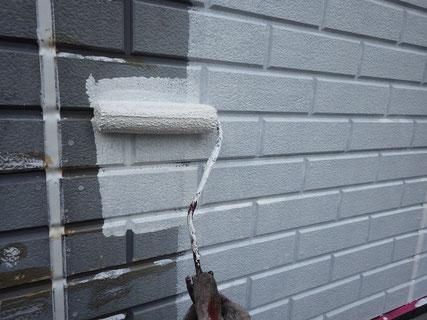 外壁塗装下塗り中