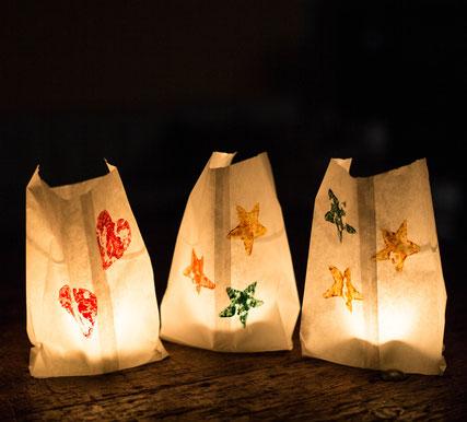 Windlichter aus Butterbrottüten mit gestempelter Dekoration