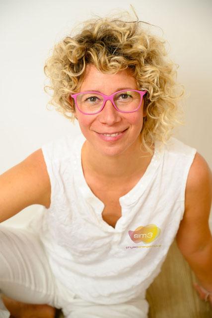 Portraitbild von Simone Kaplan, sim3 von PRAXIS AM FLUSS, ist eine Gemeinschaftspraxis von freiberufliche Physiotherapeutinnen und Humanenergetikerinnen in der Stadt Salzburg, Nähe Überfuhrsteg
